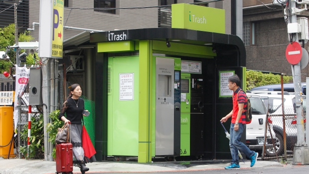 Taiwanese use new machines to exchange trash for cash | CTV News