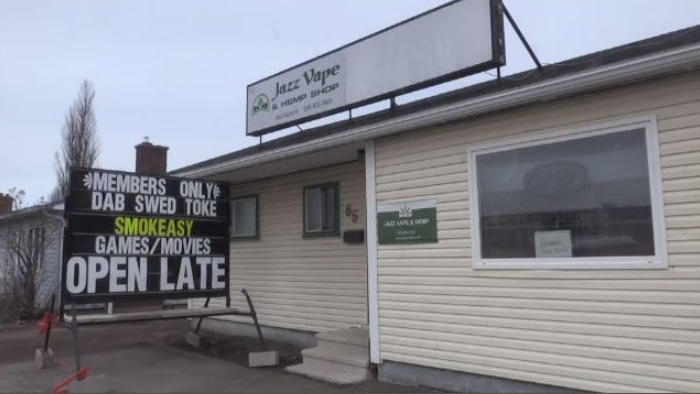 Workers at Moncton vape lounge say robbers threatened them with mace