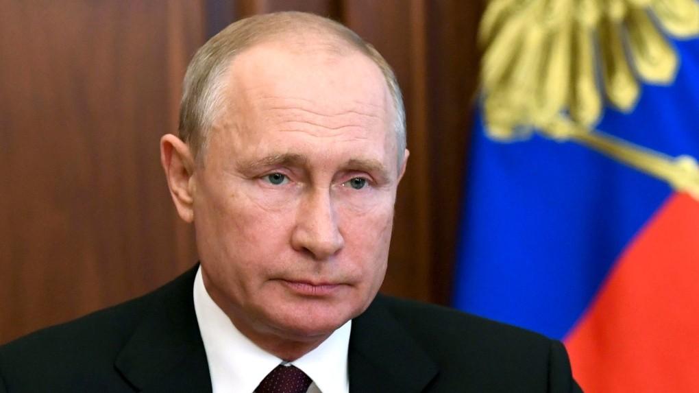 Rusya korona virüs. Rusya Devlet Başkanı Vladimir Putin, Rusya 'nın dünyanın ilk onaylanmış korona virüs aşısını ürettiklerini ve piyasaya sürdüklerini duydurdu. Rusların ürettiği korona virüs aşısının ilk uygulandığı kişiler arasında Rusya lideri Vladimir Putin'in kızı da yer aldı. Aynı zamanda, tüm dünyayı umutlandıran bu haberle birlikte altın piyasasında düşüşler yaşanmaya başladı.