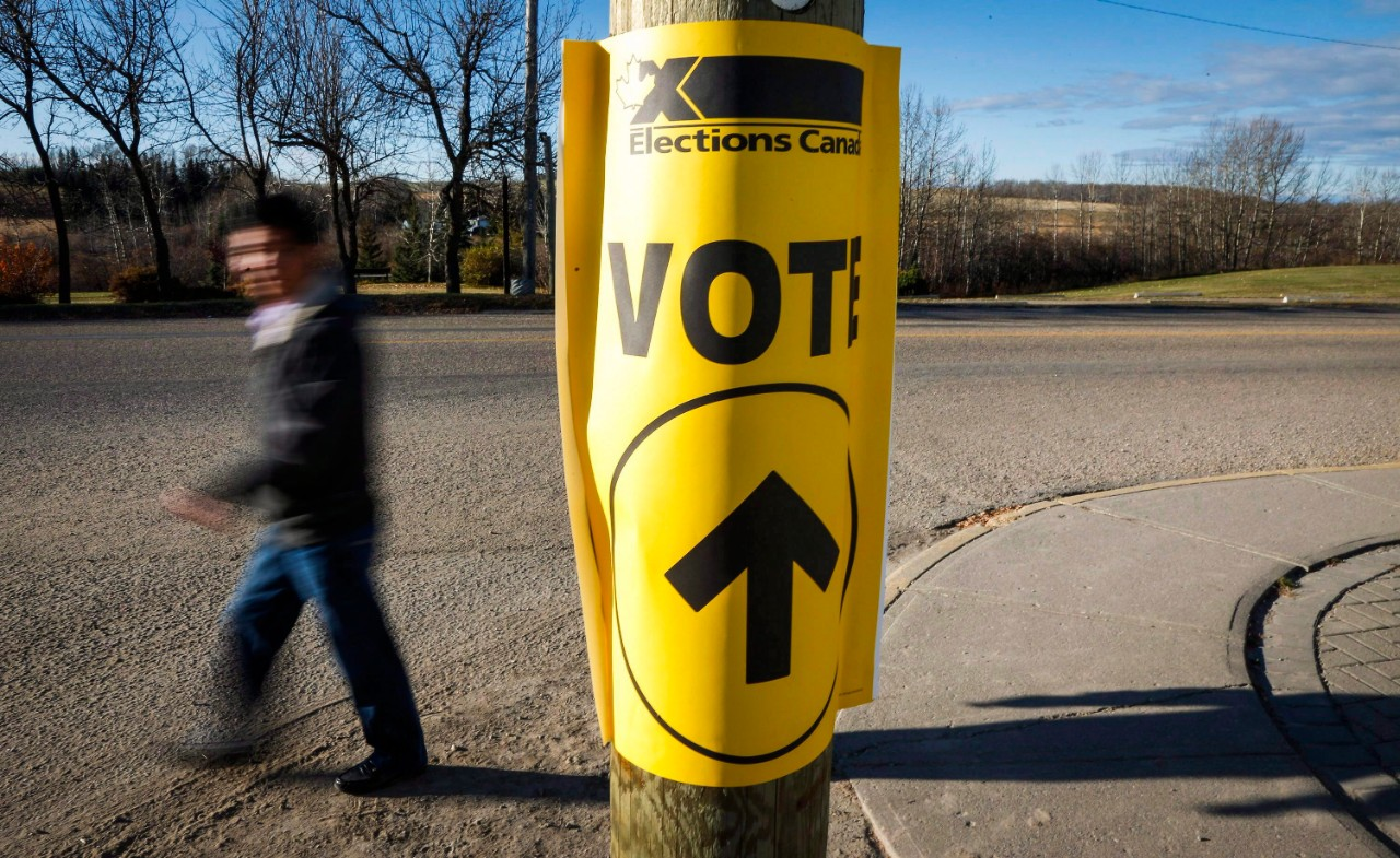 A sign directing voters to a federal election polling station in Cremona, Alta., on Oct. 19, 2015. (Jeff McIntosh / THE CANADIAN PRESS)